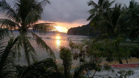 Coral Bay Resort: beachside balcony overlooking the ocean 