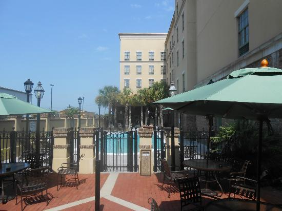Hampton Inn & Suites Savannah Historic District: Hotel entrance / pool