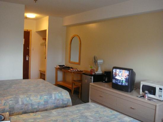 Canadas Best Value Inn: Opposite view of the room note the old CRT TV