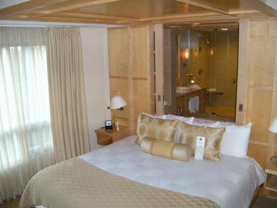 Portland Harbor Hotel: King sized bed with look through to bathroom