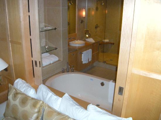 Portland Harbor Hotel: Look through to bathroom from bedroom