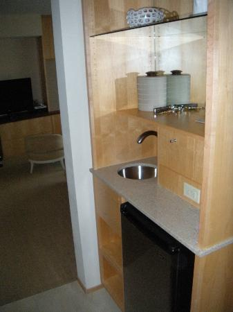 Portland Harbor Hotel: Mini fridge and wet bar (minus the drinks)