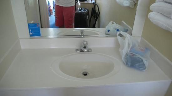 Motel 6 Mammoth Lakes: Vanity area/bathroom