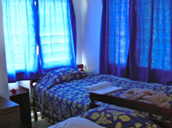 Daku Resort: Saggy old beds, closely packed.