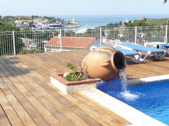 Hotel Les Jardins du Cedre : vue sur le port depuis la piscine