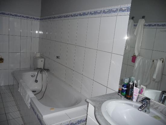 Hotel Les Jardins du Cedre : salle de bains