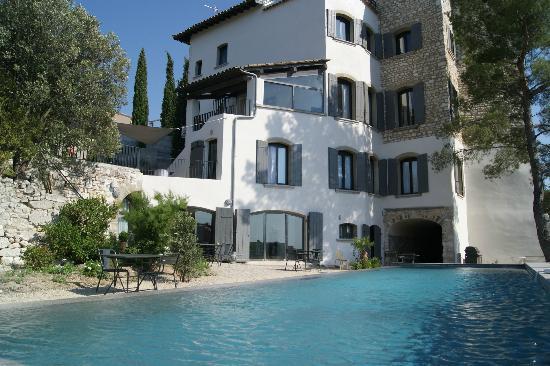 Maison d hotes Metafort: vue de la piscine sur le batiment