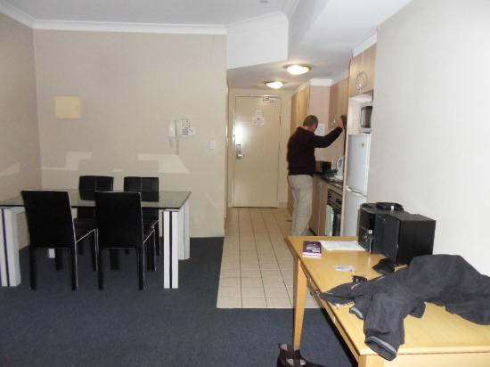 AeA Sydney Airport Serviced Apartments : Entrance & kitchen / dining
