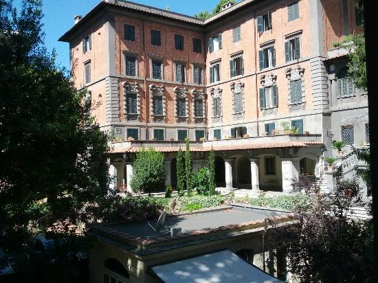 Villa Urbani: La vista dalla mia camera, lato interno alla proprietà.