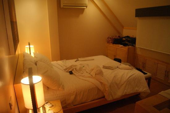 Shore Time Hotel Boracay: room upstairs (sorry kinda messy)