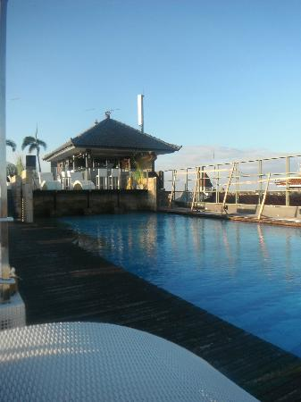 J Boutique Hotel: rooftop pool and bar