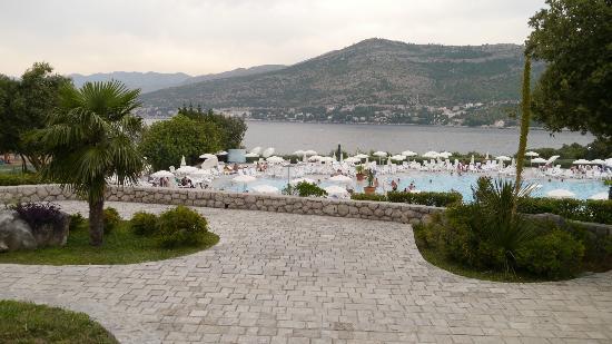 Valamar Club Dubrovnik: Бассейны (детский и взрослый) и прилегающая территория. Бассейны не самые большие в своем роде.