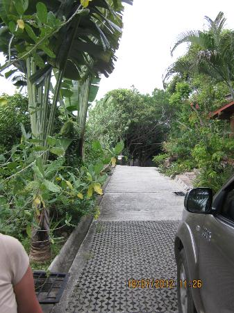 Chaweng Bay View Resort: Steep road to the room