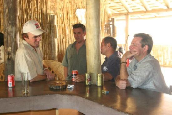 Lituba Lodge: Relaxing at the bar