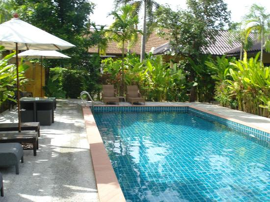 Happy Cottages Phuket : looking towards reception