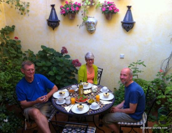 Baraka Boutique Pension: Having breakfast in the patio