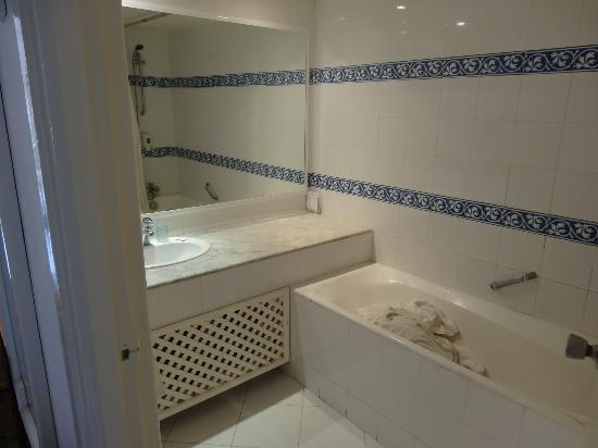 salle de bain de notre chambre familiale photo de caribbean world monastir monastir tripadvisor. Black Bedroom Furniture Sets. Home Design Ideas