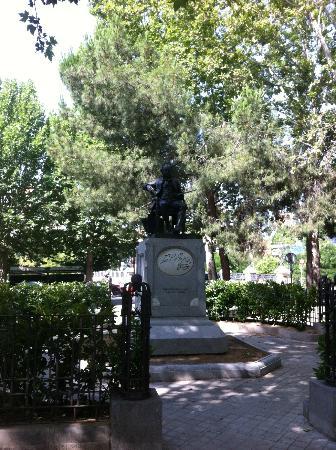 Parroquias de San Antonio de la Florida y San Pio X : Statua di Goya di fronte alla chiesa