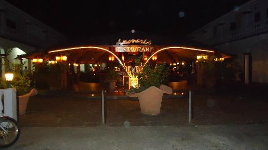 Leonardo's Restaurant: Veiw at night!