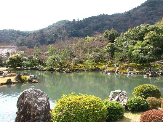 Tenryuji Temple: View of the pond in early spring
