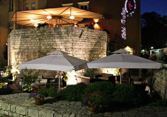 Restaurant Kastel: Terrace at night