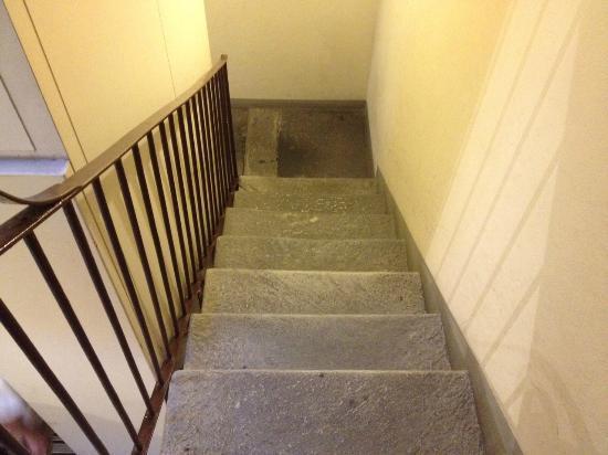 Le Due Corti: Escalera estrecha sin luz de emergencia ni natural