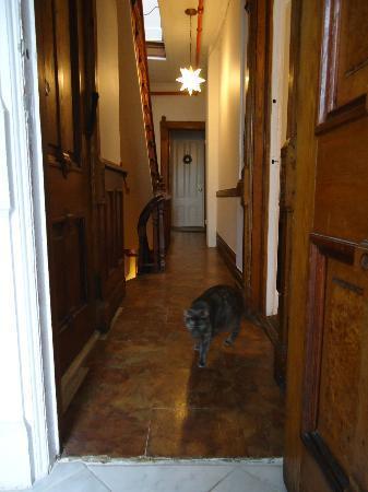 La Sienna: Couloir du 1er étage vu de la salle de bain, chambres au fond