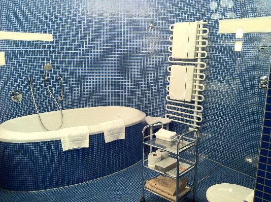 Hotel Konig Von Ungarn: Salle de bain (baignoire + douche italienne)