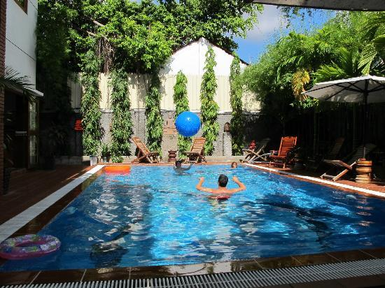 Eureka Villas Phnom Penh: nice pool, but slippery tiles and a bit on the small side
