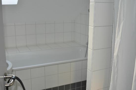 Hotel de la Petite Gilberte: la salle de bain (avec douche et baignoire)