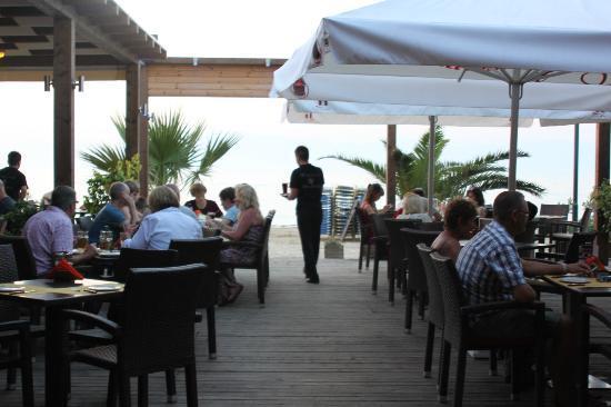 Christakis Hotel: Restaurant on beach
