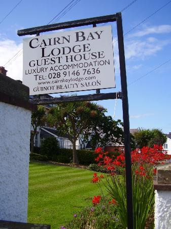 The Cairn Bay Lodge: Sign out front