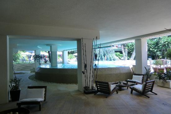 Color Hotel: lounge area with pool view