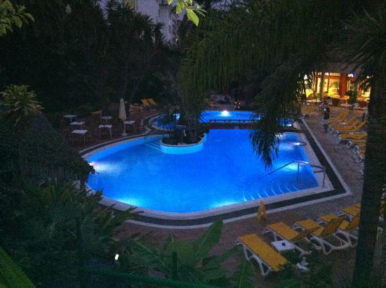 Hotel Puerto de la Cruz: piscina central, un poco pequeña