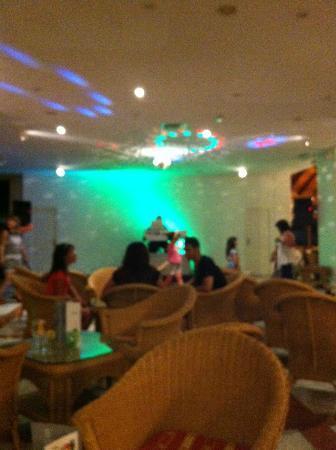Hotel Puerto de la Cruz: bar faula, peter disco. un tio con un ordenador poniendo musica
