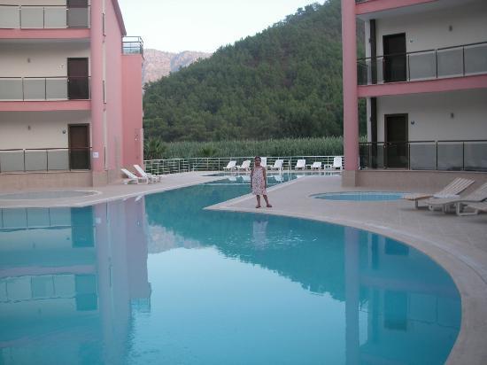 Adrasan Bay Hotel: GÜZEL GİBİ GÖZÜKSE DE GİRİLEMEYECEK KADAR PİS