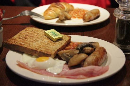 Premier Inn London Wembley Park Hotel : Breakfast included! All you can eat!