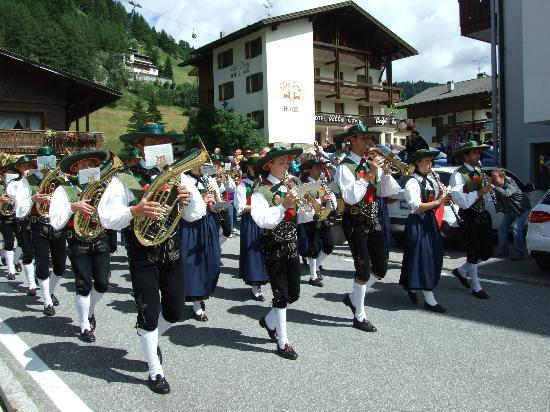 Hotel Villa Tony: Band marching past the hotel.