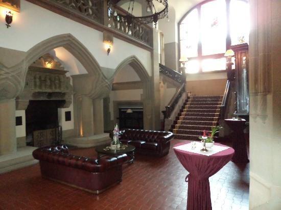 Schloss Hotel Wolfsbrunnen: entree met de trap