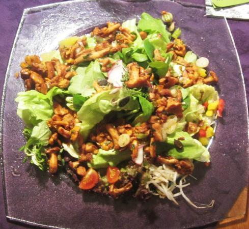 Alpengasthof Tetter: Chanterelle Mushrooms on salad. (Eierschwammerln / Pfifferlinge)
