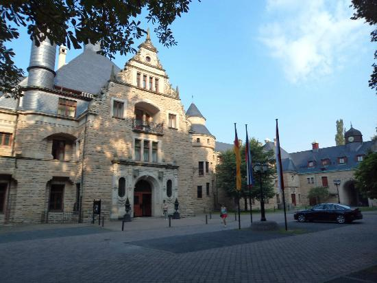 Schloss Hotel Wolfsbrunnen: voorzijde met parkeerplaats