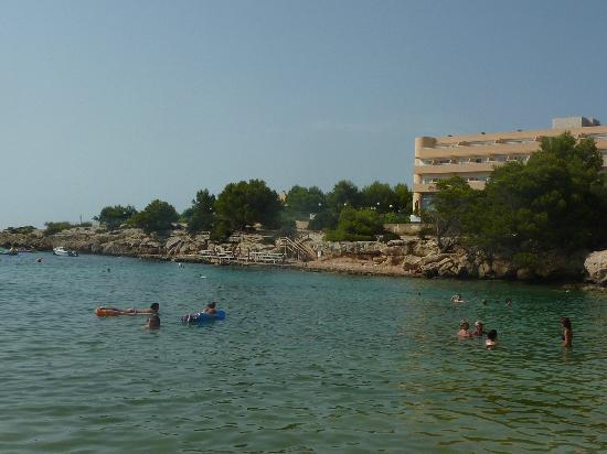 Sirenis Hotel Club Aura : la mer avec vue sur l'hôtel (à droite)