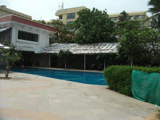 Sun-n-Sand Hotel, Mumbai: Slumdog stage set appearance of pool