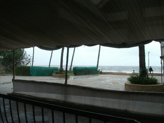 Sun-n-Sand Hotel, Mumbai: Slumdog stage set appearance of view from restaurant