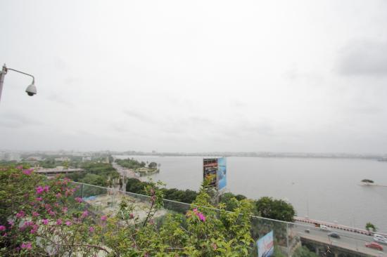 Courtyard by Marriott Hyderabad: View from Roof Top Hotel at Mariott accessible by Mariott guests