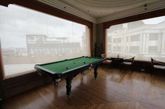 Courtyard Hyderabad: Pool Table on Mariott roof top restaurant accessible by Courtyard guests