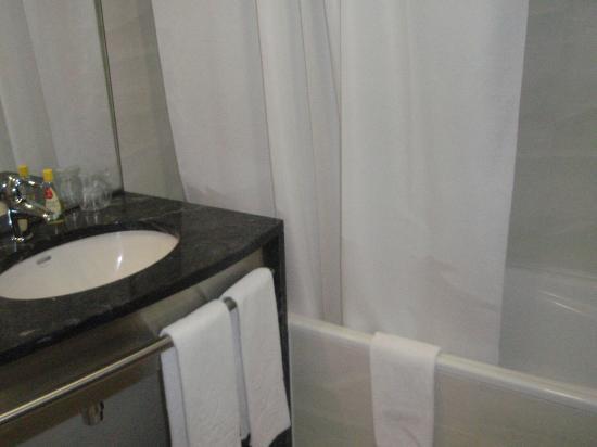 VIP Executive Azores Hotel: Lavabo y bañera