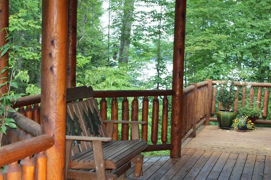 Good Timber Bed and Breakfast: slider on porch/deck that goes around lodge and overlooks Lake