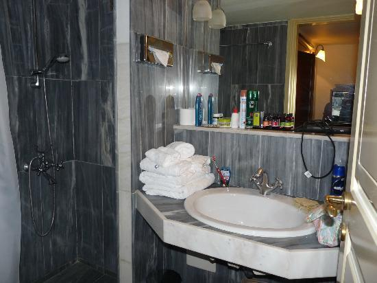 Casa Delfino Hotel & Spa: Salle de bain (un peu trop petite)