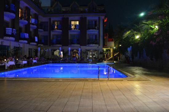Astoria Hotel : Отель вечером